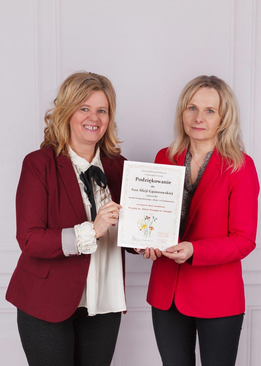 Na zdjęciu Alicja Gąsiorowska sponsor sesji zdjęciowej i Magdalena wiercińska kierownik GBP