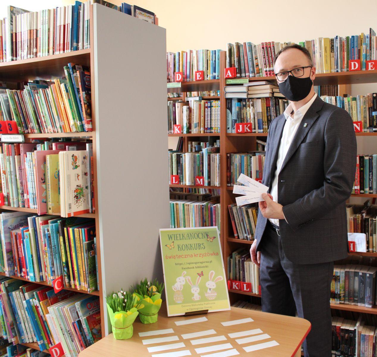 Na zdjęciu Piotr Czyżyk Wójt Gminy Opinogóra Górna po wylosowaniu nazwisk zwycięzców w konkursie.
